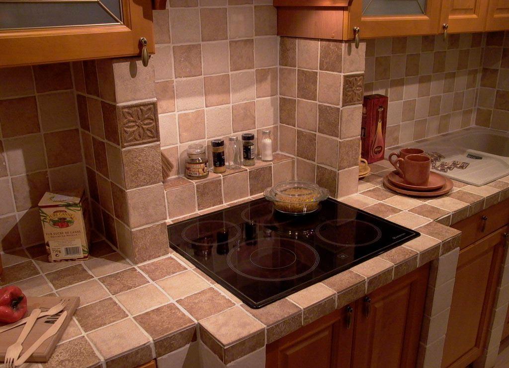 Столешница из плитки на кухню