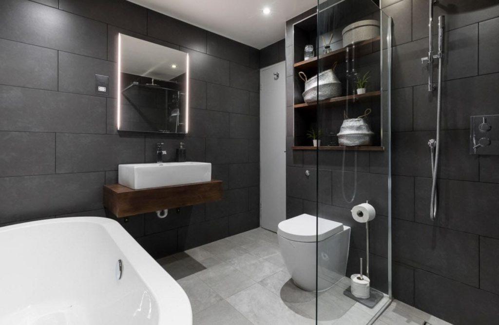темная серая плитка в ванной