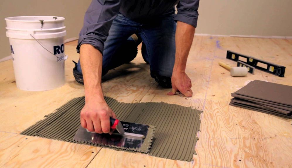 укладка плитки на деревянный пол в ванной-выбор клея