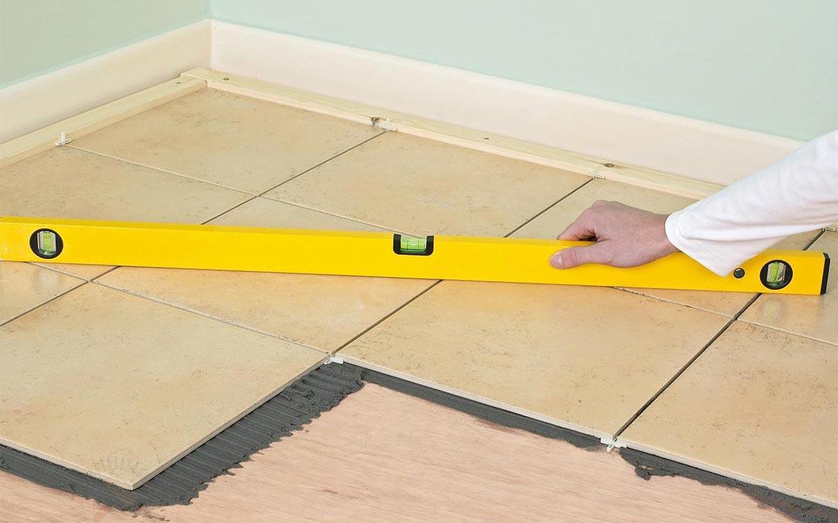 укладка плитки на деревянный пол в ванной