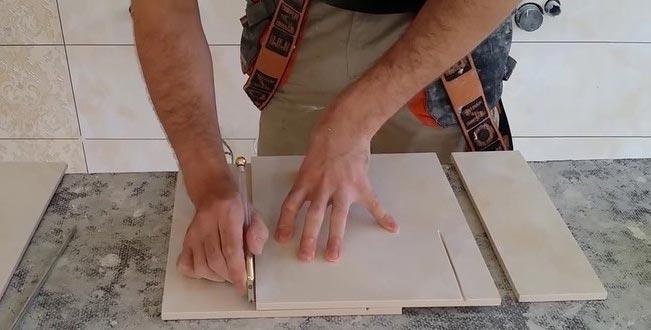 укладка плитки на пол в туалете-алмазным стеклорез