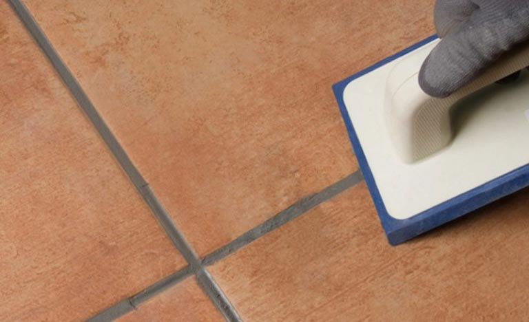 укладка плитки на пол в туалете-затирка
