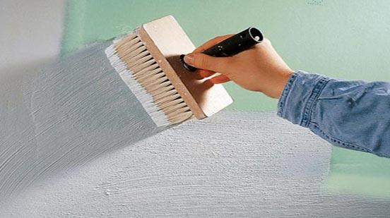укладка плитки в ванной-грунтовка стен