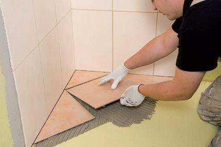 укладка плитки в ванной-от угла до двери