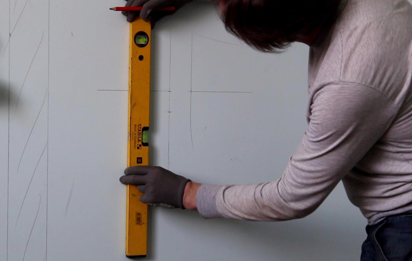 укладка плитки в ванной-вертикальная разметка стены