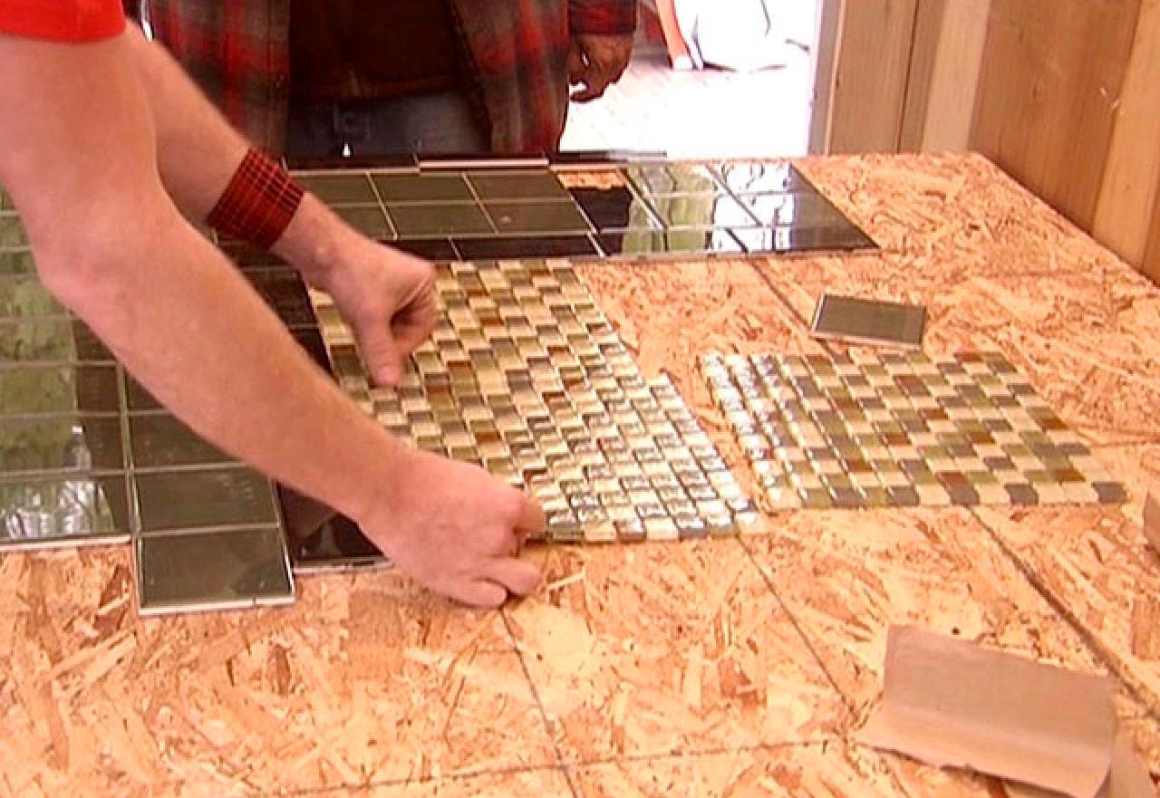 Укладываем плитку на основание столешницы на кухне