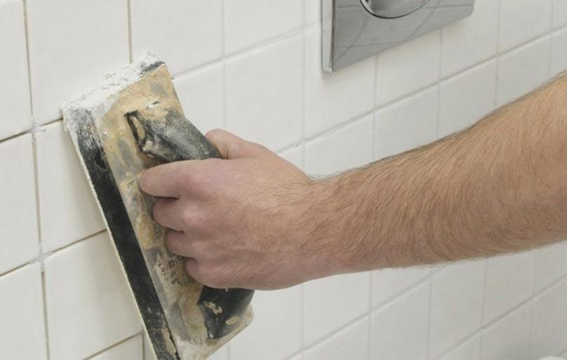 Затирка оставшейся части стены в ванной