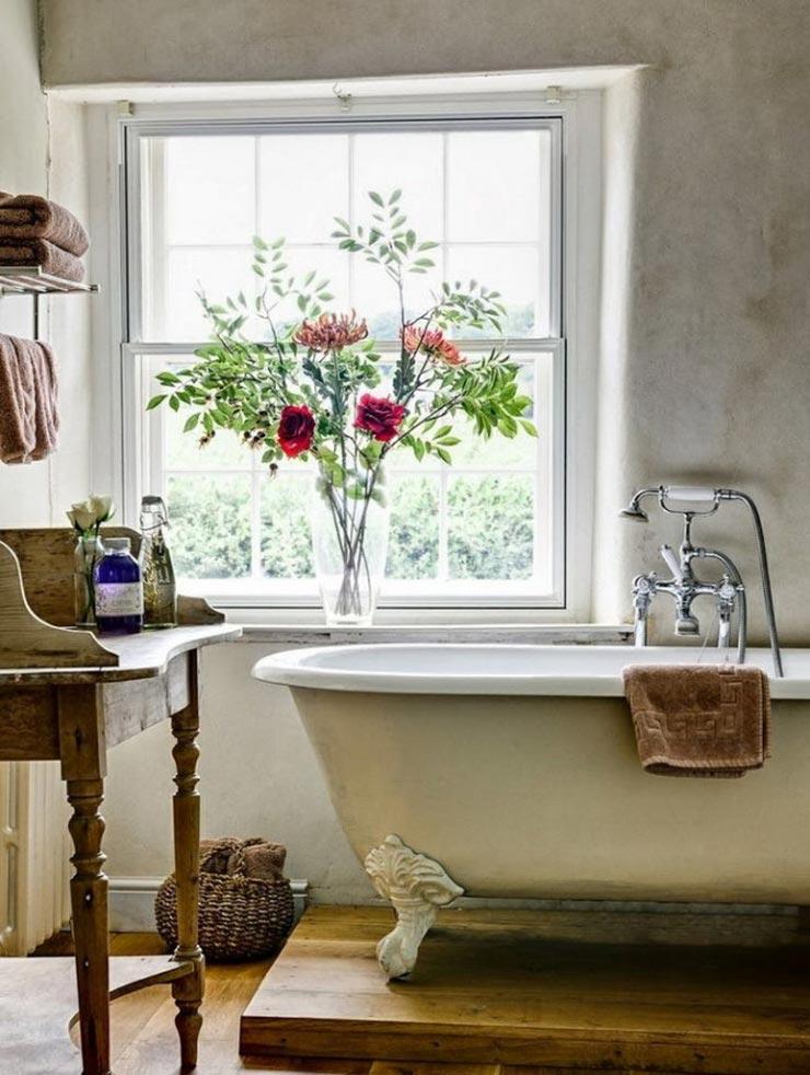 Большое окно в ванной прованс