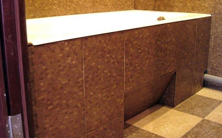 экран под ванну из плитки с нишей для ног