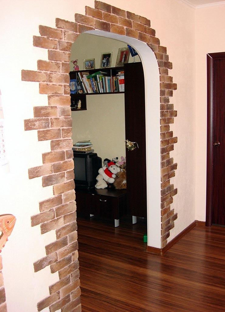 Гипсовая плитка в дверном проеме