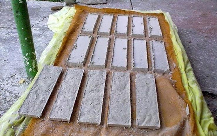 Изготавливает гипсовую плитку