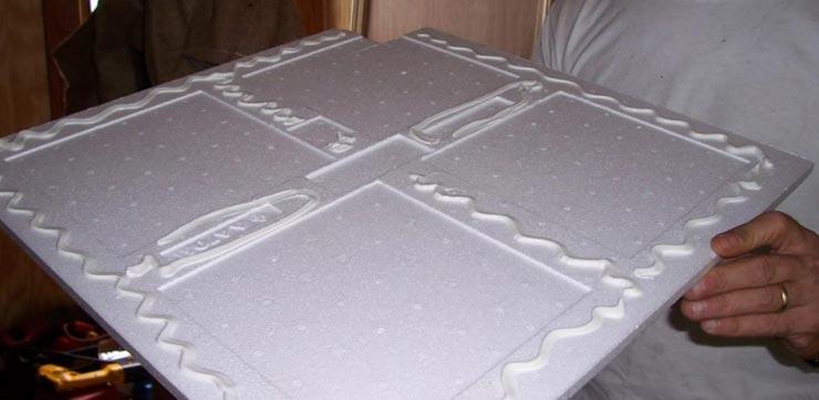 наносит клей на потолочную плитку