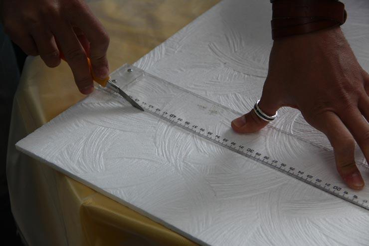 обрезает потолочную плитку