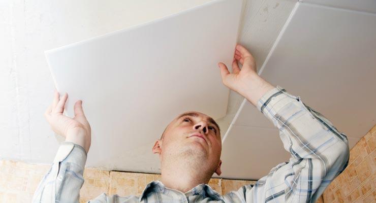 Поклейка плитки на побеленный потолок