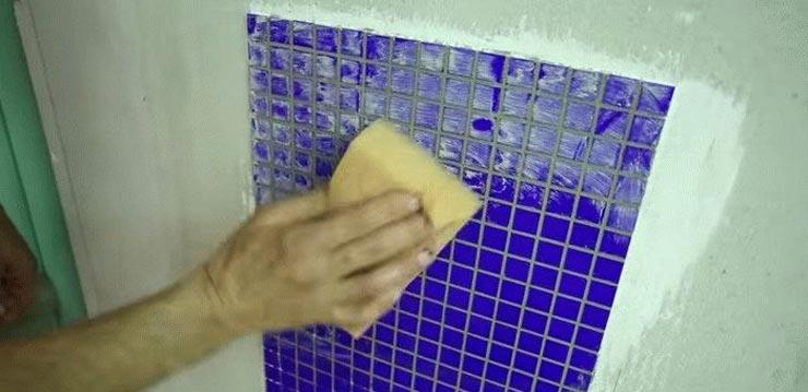 увлажняет швы мозаики