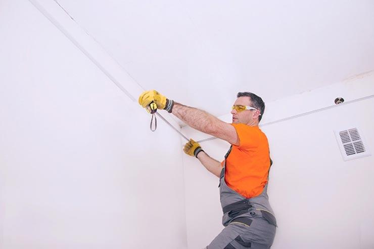 Замеряет потолок